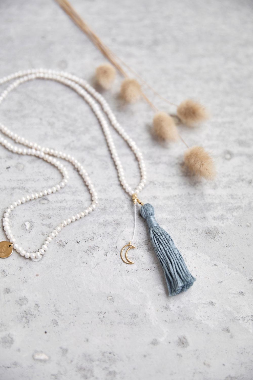 WISDOM Mala aus Süßwasserperlen mit goldenem Mond, NAIONA Plättchen und Perlen und Quaste und Trockenblumen.