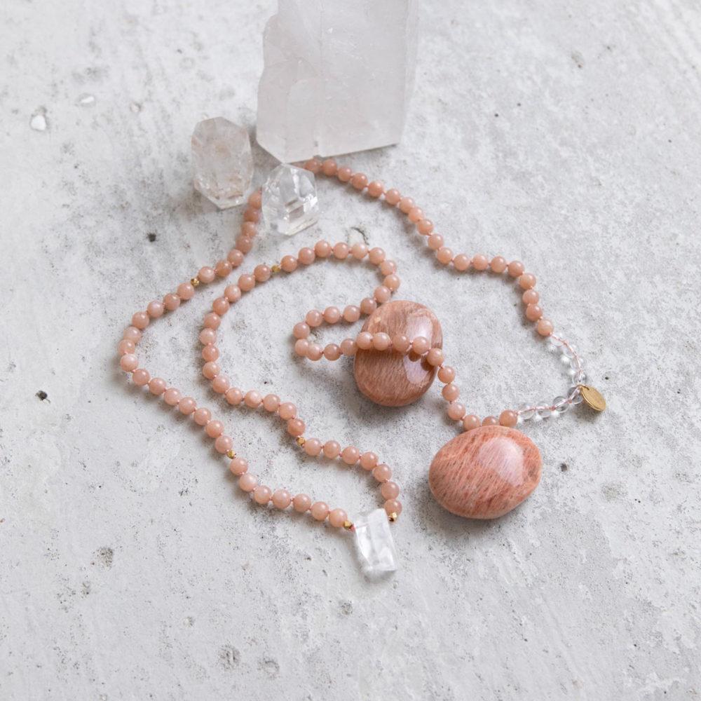 WITHIN YOU Mala aus Mondsteinen und Bergkristall Steinen mit Bergkristallspitze, goldenen Perlen und NAIONA Plättchen und Mondsteine und Bergkristallspitzen.