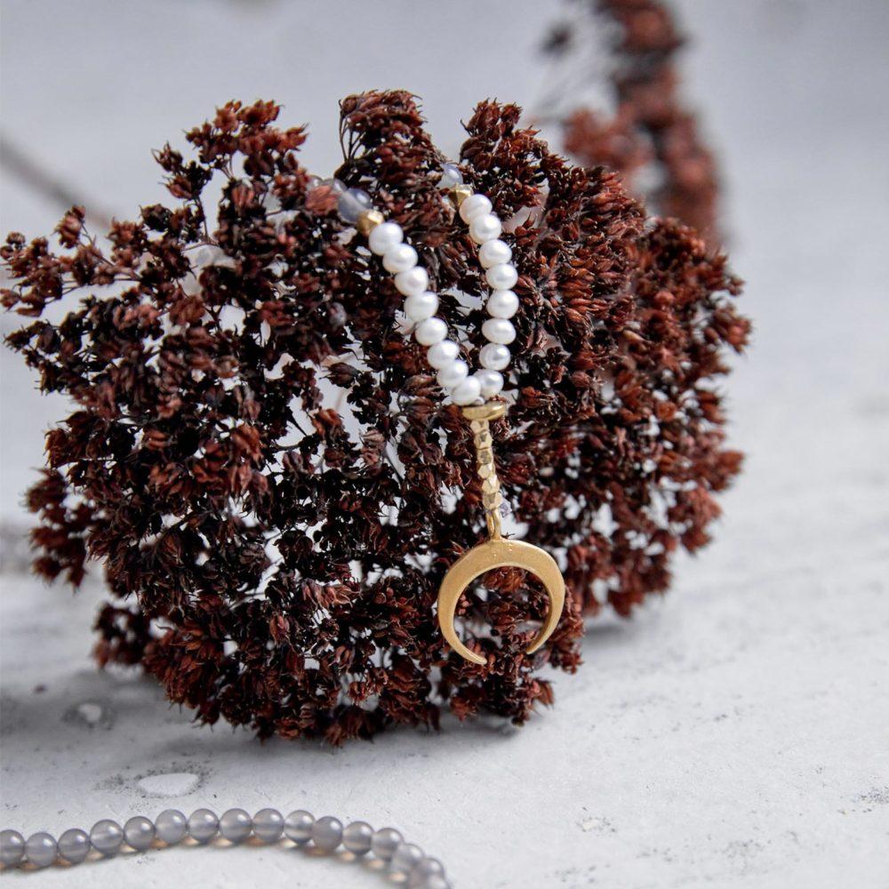 YIN POWER Mala aus Achat Steinen und Süßwasserperlen mit goldenen Perlen, Mond und NAIONA Plättchen und Trockenblumen.