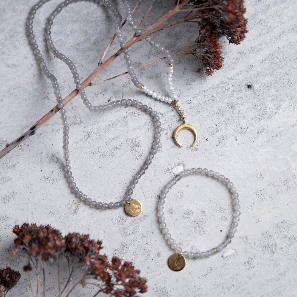 YIN POWER Mala aus Achat Steinen und Süßwasserperlen mit goldenen Perlen, Mond und NAIONA Plättchen und LITTLE GANESHA Armband aus Achat Steinen und goldenem Plättchen und Trockenblumen.