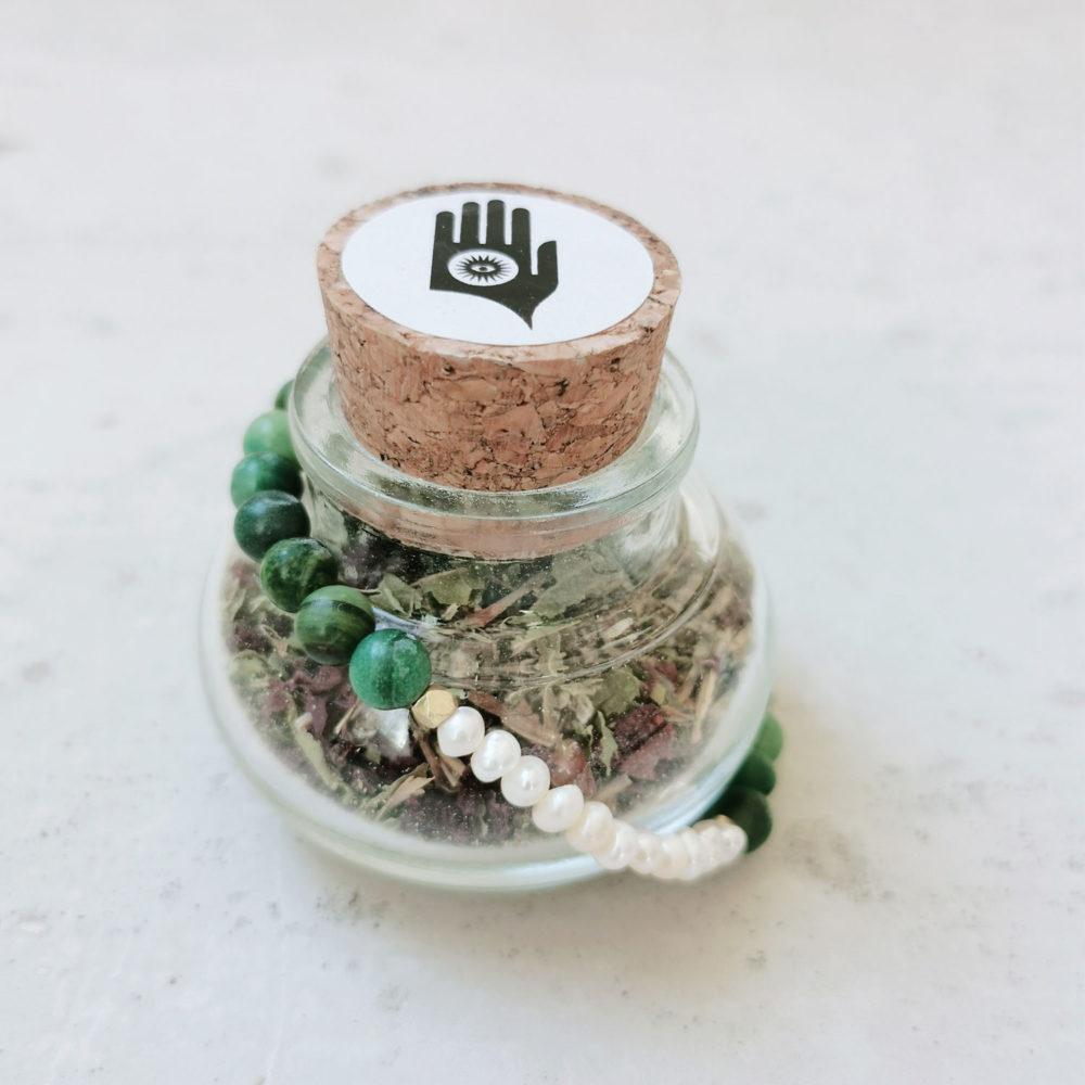 COSMIC LOVE holy smoke // crystal magic set mit Räucherwerk aus Beifuß, Eisenkraut, Klatschmohn und Fichtenherz und Armband aus Jade Steinen und Süßwasserperlen mit goldenen Perlen und NAIONA Plättchen.