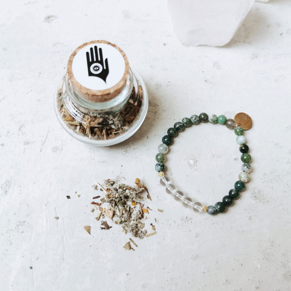 SO FRESH & SO CLEAN holy smoke // crystal magic set mit Räucherwerk aus Salbei, Königskerze, Weißdorn und Ysop und FREE YOURSELF Armband aus Moosachat und Bergkristall Steinen mit goldenen Perlen und NAIONA Plättchen.