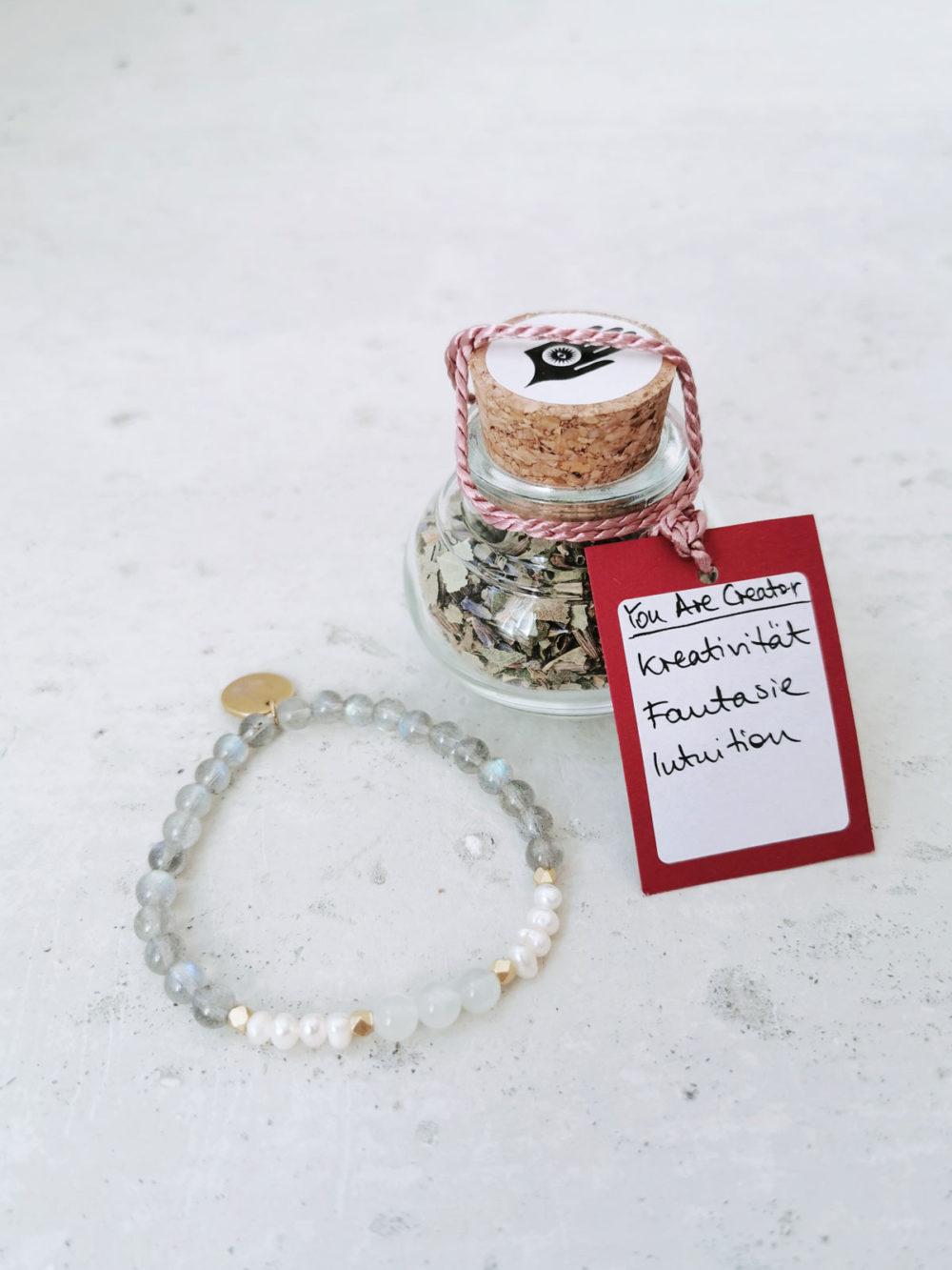 YOU ARE CREATOR holy smoke // crystal magic set mit Räucherwerk aus Birke, Frauenmantel, Lavendel und Weihrauch und Armband aus Labradorit Steinen, Mondsteinen und Süßwasserperlen mit goldenen Perlen und NAIONA Plättchen.
