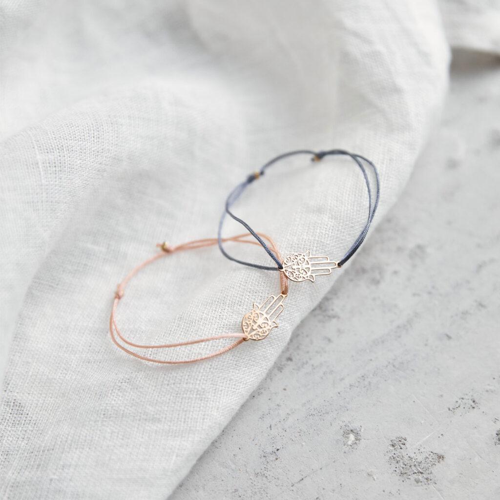 BE SAFE Armband verstellbares Schiebearmband mit goldener Fatima Hand und rosa und blau grauem Band. NAIONA, Tuch.