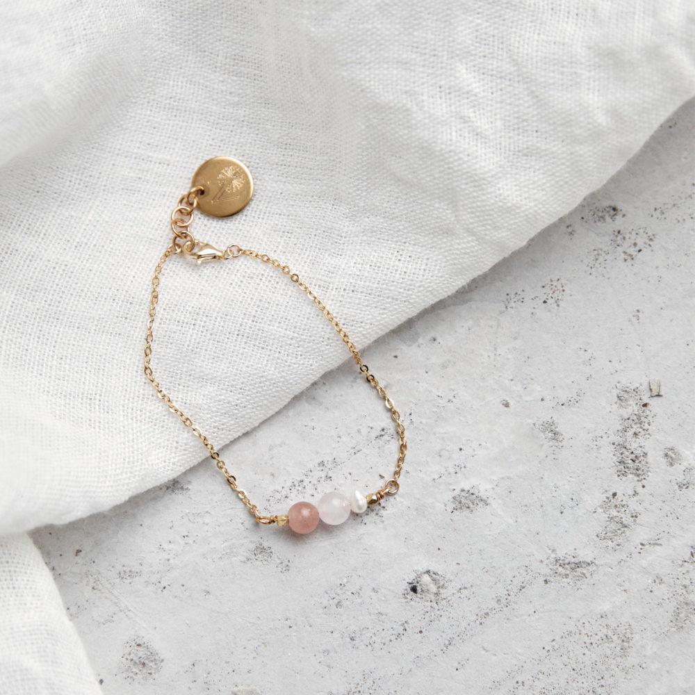 BEAUTIFUL YOU Armband gold mit Süßwasserperle, Rosenquarz und Mondstein rosé und goldenem NAIONA Plättchen. Tuch.