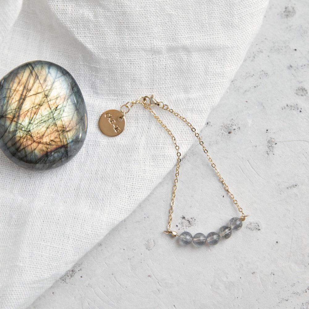 CREATE YOUR MAGIC Armband gold mit Labradorit und goldenem gestanzten Plättchen. Tuch, Labradorit Stein, NAIONA.