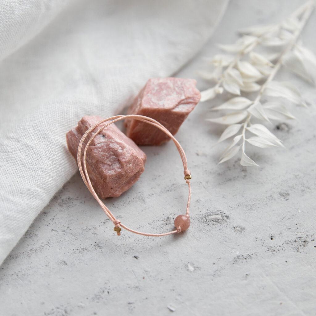 FEMININE AWAKENING Armband verstellbares Schiebearmband mit Mondstein rosé und rosa Band. NAIONA, Trockenblumen, Tuch, Mondstein Steine rosé.