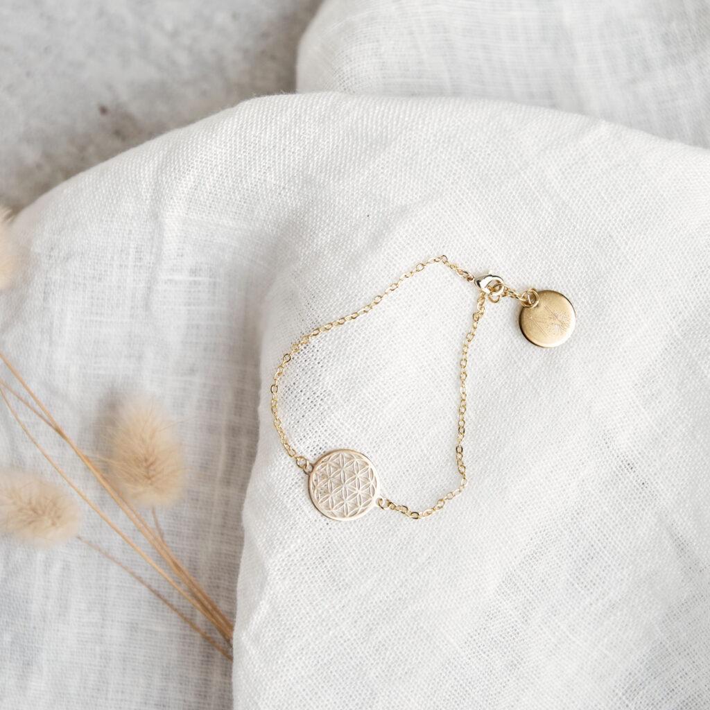 FLOWER OF LIFE Armband gold mit goldener Lebensblume und NAIONA Plättchen. Tuch, Trockenblumen.