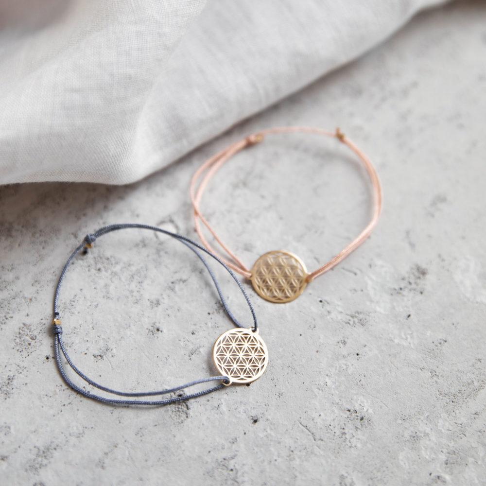 FLOWER OF LIFE Armband verstellbares Schiebearmband mit goldener Lebensblume und rosa und blauem grauem Band. Tuch, NAIONA.