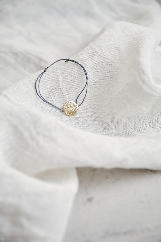 FLOWER OF LIFE Armband verstellbares Schiebearmband mit goldener Lebensblume und blauem grauem Band. Tuch, NAIONA.