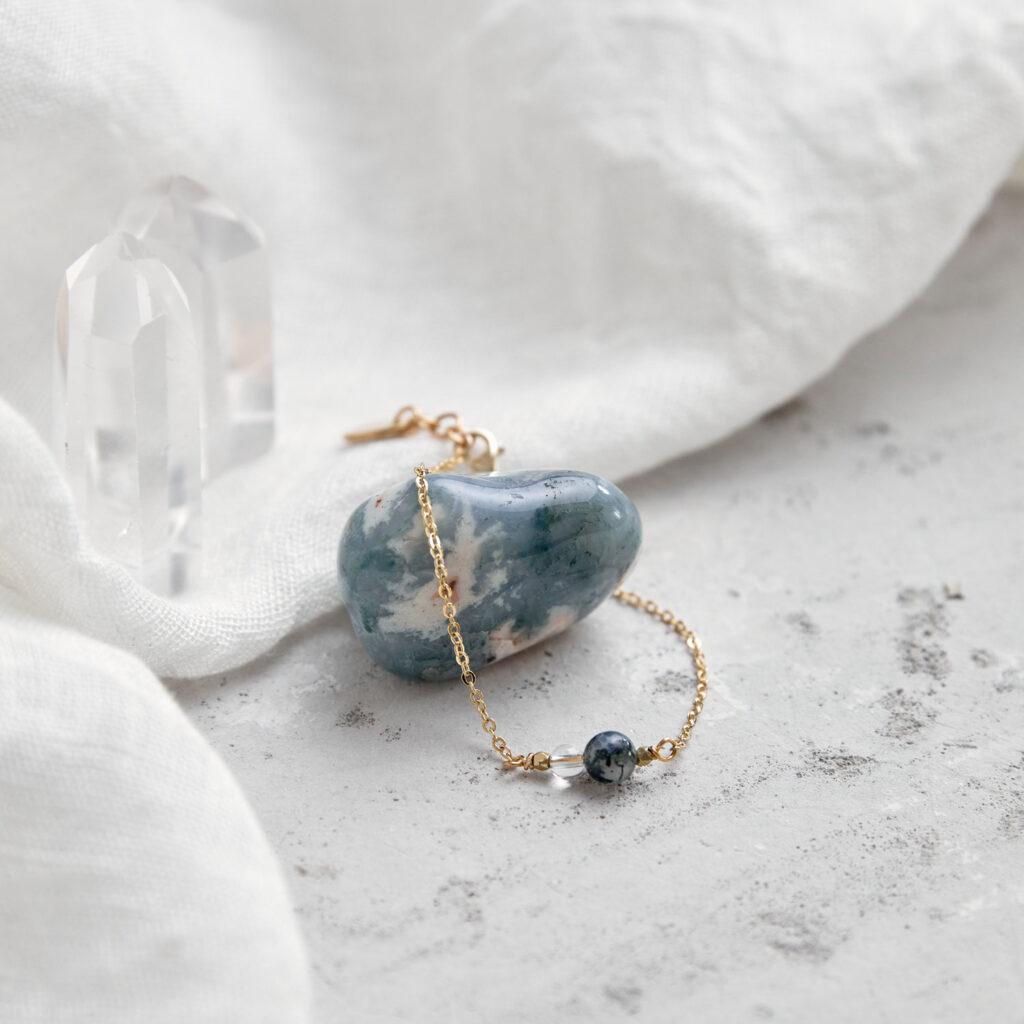 FREE YOURSELF Armband gold fein mit Bergkristall und Moosachat und goldenem NAIONA Plättchen. Tuch, Moosachat, Bergkristallspitze.