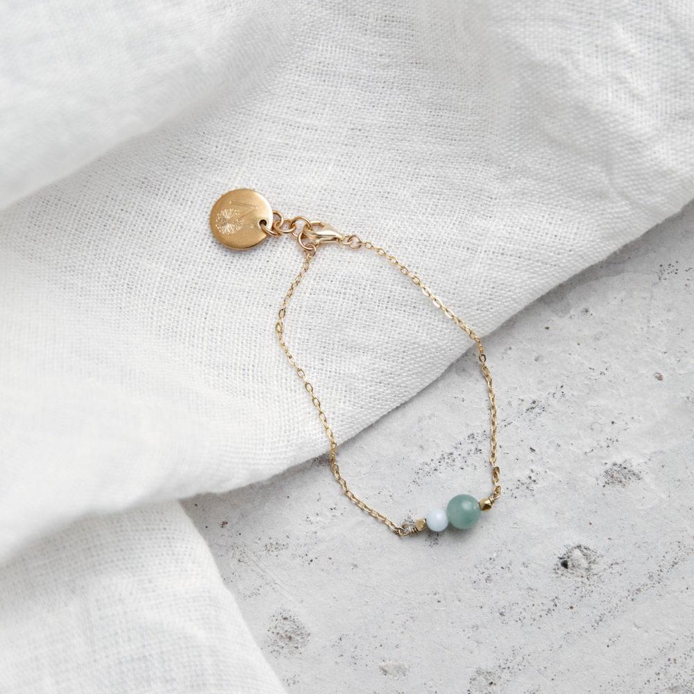 JUST DO IT Armband gold fein mit Aventurin und Amazonit Steinen und goldenem NAIONA Plättchen. Tuch.