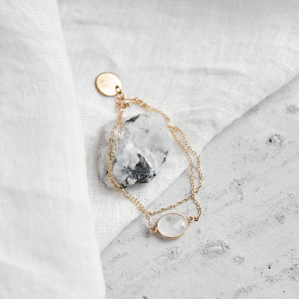KAUPO Armband gold mit Mondstein weiß und goldenem NAIONA Plättchen. Tuch, Mondstein weiß.