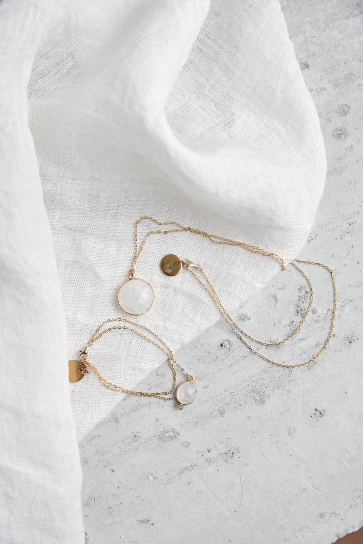 KAUPO Armband gold mit Mondstein weiß und goldenem NAIONA Plättchen und KAUPO Kette gold. Tuch.