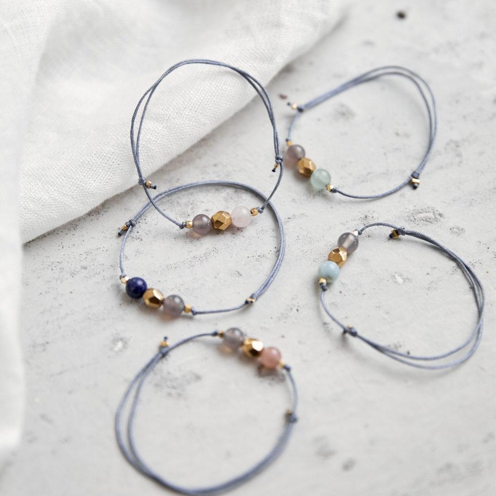 KEOKEA Armband verstellbares Schiebearmband mit Achat, Amazonit, Mondstein rosé, Lapislazuli, Aventurin, Rosenquarz Steinen und goldener Perle. Tuch. NAIONA