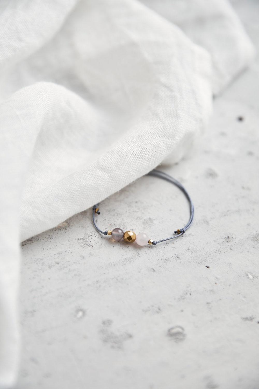 KEOKEA Armband verstellbares Schiebearmband mit Achat und Rosenquarz Steinen und goldener Perle. Tuch. NAIONA