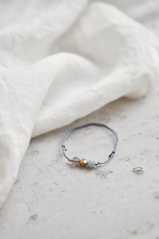 KEOKEA Armband verstellbares Schiebearmband mit Achat und Amazonit Steinen und goldener Perle. Tuch. NAIONA