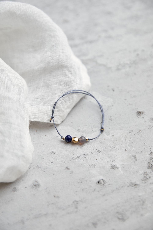 KEOKEA Armband verstellbares Schiebearmband mit Achat und Aventurin Steinen und goldener Perle. Tuch.KEA Armband verstellbares Schiebearmband mit Achat und Lapislazuli Steinen und goldener Perle. Tuch.