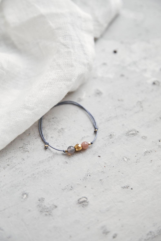 KEOKEA Armband verstellbares Schiebearmband mit Achat und Mondstein rosé Steinen und goldener Perle. Tuch.
