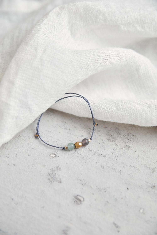 KEOKEA Armband verstellbares Schiebearmband mit Achat und Aventurin Steinen und goldener Perle. Tuch.