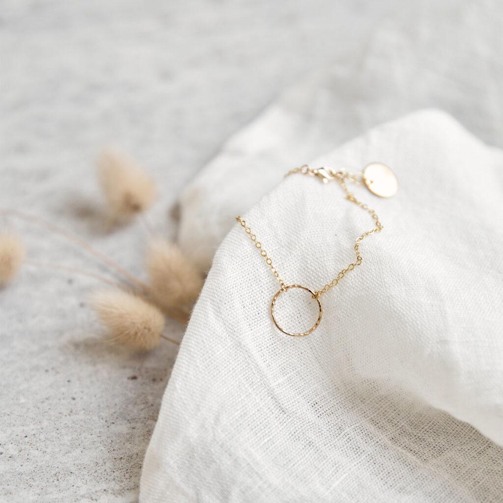 KILEA Armband gold mit goldenem Ring und NAIONA Plättchen. Trockenblumen, Tuch.