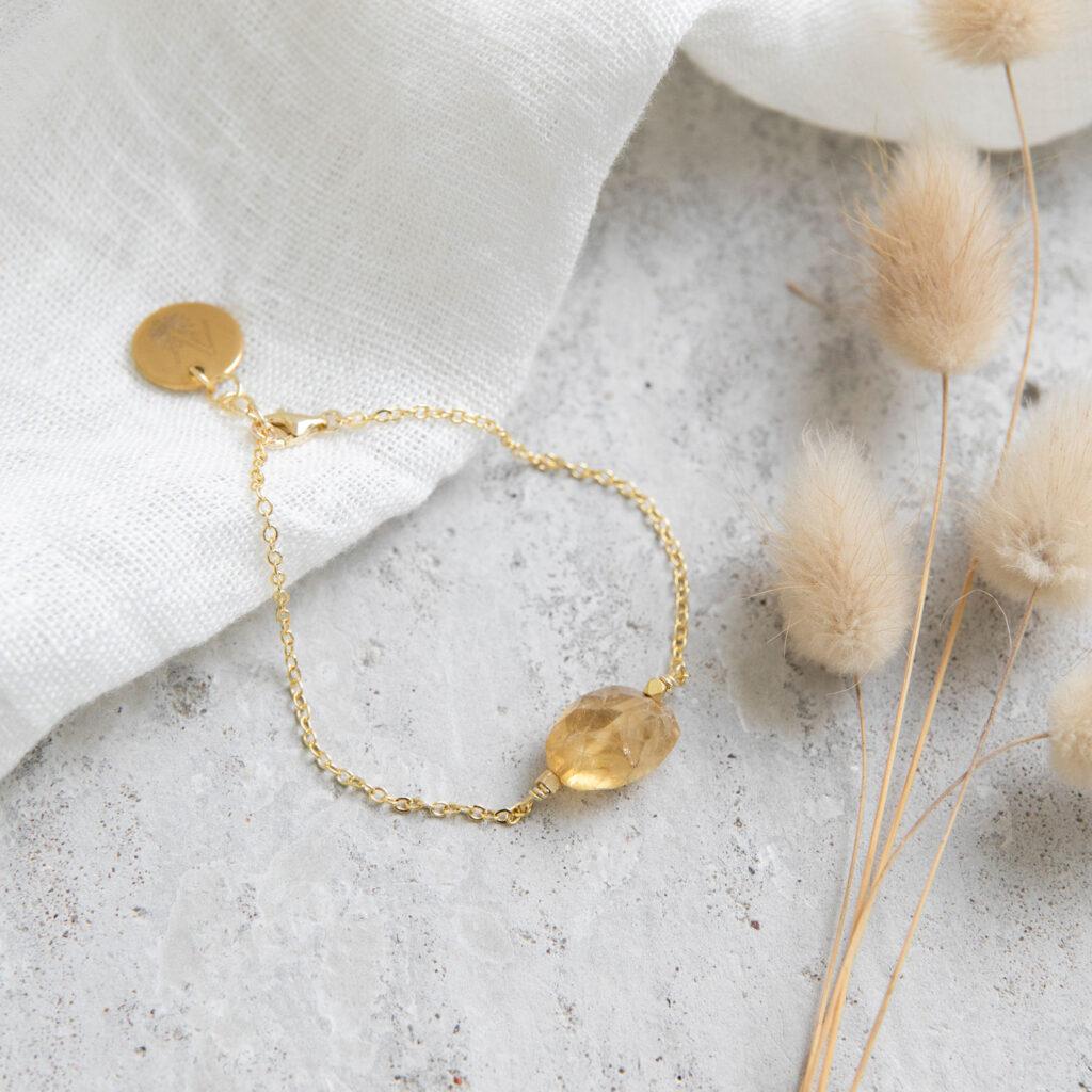 LET THE SUN SHINE IN Armband gold mit gelben Citrin Stein und goldenem NAIONA Plättchen und Perlen. Trockenblumen, Tuch.