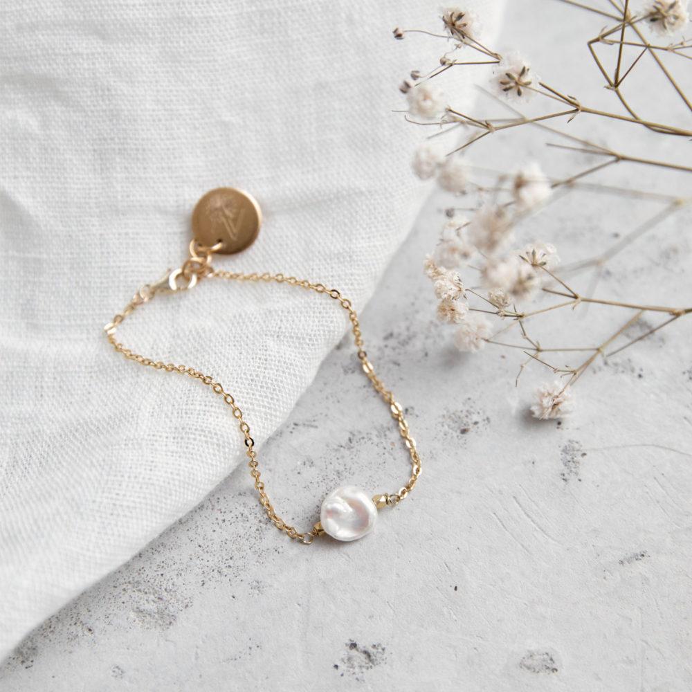 MALIA Armband gold mit Süßwasserperle, goldenem NAIONA Plättchen und Perlen. Trockenblumen, Tuch.