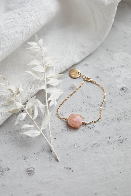 PAUKAA Armband gold mit Mondstein rosé und goldenem NAIONA Plättchen und Perlen. Trockenblumen, Tuch.