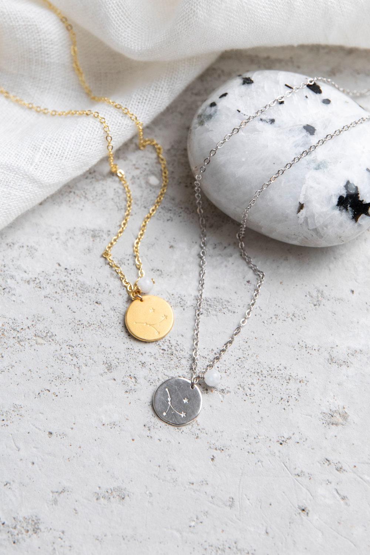 COSMIC COLLECTION KREBS Kette gold und mit goldenem oder silbernem Plättchen mit graviertem Krebs-Sternzeichen, Mondstein weiß Perle und NAIONA Plättchen. Tuch, Mondstein.