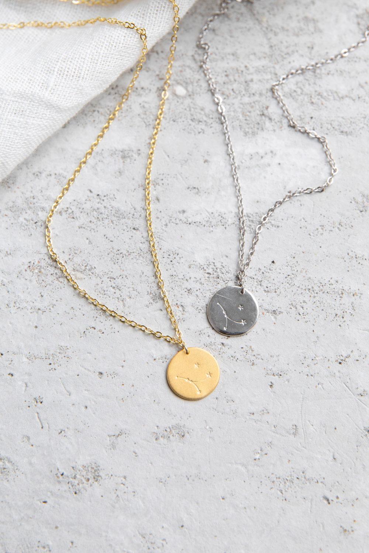 COSMIC COLLECTION KREBS Kette gold und mit goldenem oder silbernem Plättchen mit graviertem Krebs-Sternzeichen und NAIONA Plättchen. Tuch.