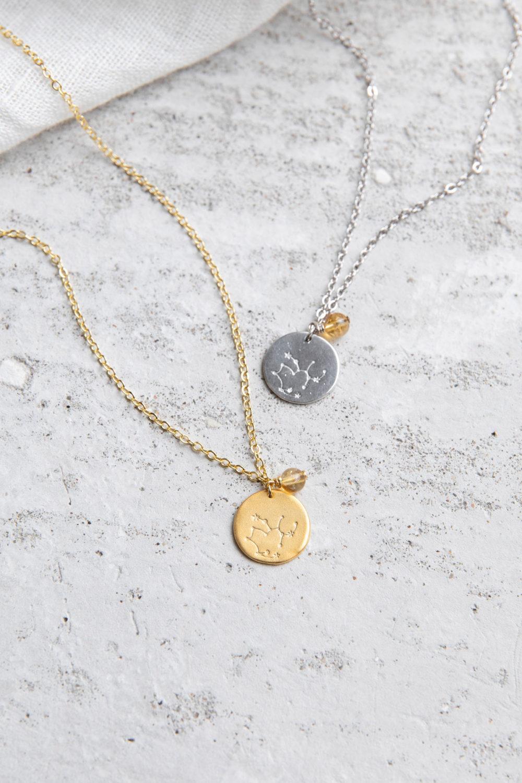 COSMIC COLLECTION SCHÜTZE Kette gold und mit goldenem oder silbernem Plättchen mit graviertem Schütze-Sternzeichen, Citrin Stein Perle und NAIONA Plättchen. Tuch.