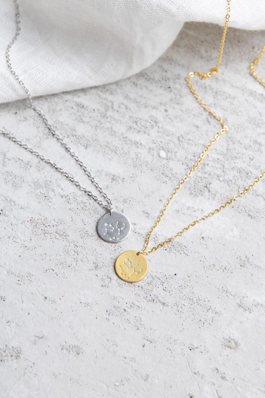 COSMIC COLLECTION SCHÜTZE Kette gold und mit goldenem oder silbernem Plättchen mit graviertem Schütze-Sternzeichen und NAIONA Plättchen. Tuch.