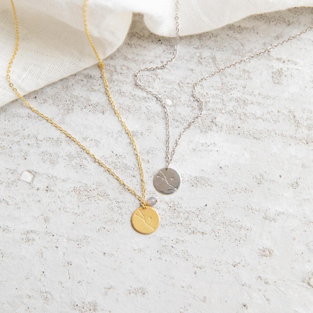 COSMIC COLLECTION STIER Kette gold und mit goldenem oder silbernem Plättchen mit graviertem Stier-Sternzeichen, Achat Stein Perle und NAIONA Plättchen. Tuch.