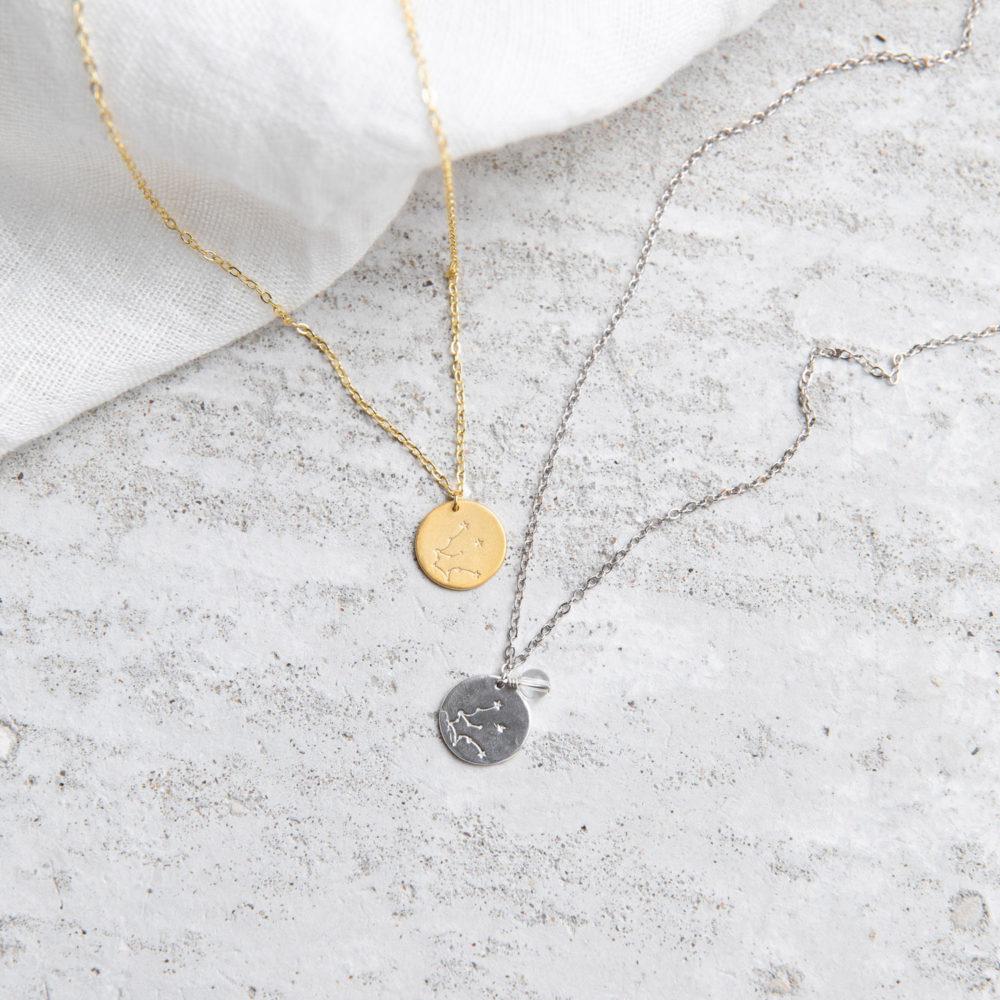 COSMIC COLLECTION WASSERMANN Kette gold und mit goldenem oder silbernem Plättchen mit graviertem Wassermann-Sternzeichen, Bergkristall Stein Perle und NAIONA Plättchen. Tuch.
