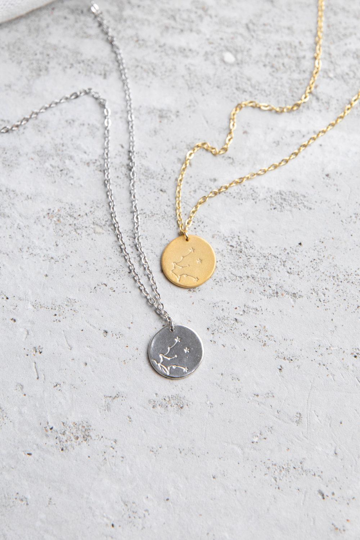 COSMIC COLLECTION WASSERMANN Kette gold und mit goldenem oder silbernem Plättchen mit graviertem Wassermann-Sternzeichen und NAIONA Plättchen.