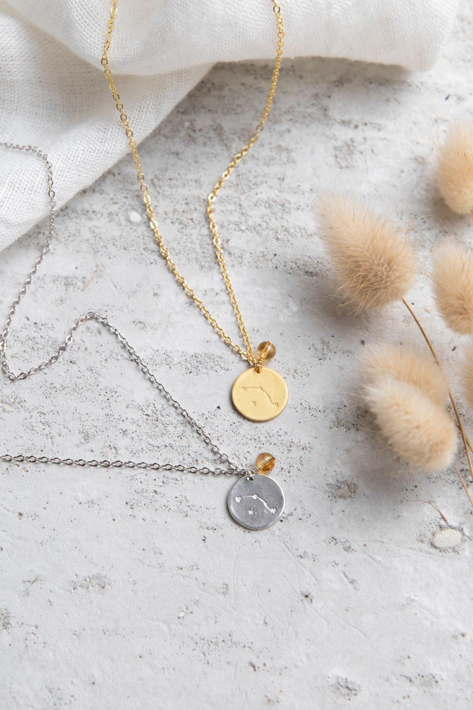 COSMIC COLLECTION WIDDER Kette gold und mit goldenem oder silbernem Plättchen mit graviertem Widder-Sternzeichen, Citrin Stein Perle und NAIONA Plättchen. Tuch, Trockenblumen.