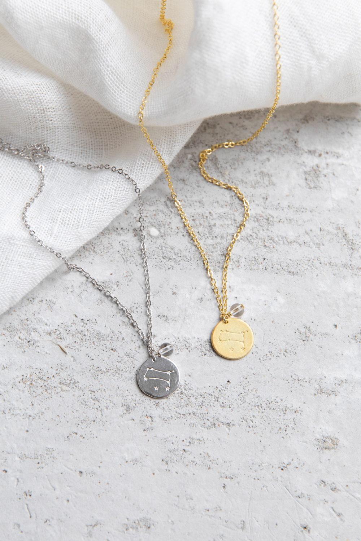 COSMIC COLLECTION ZWILLINGE Kette gold und mit goldenem oder silbernem Plättchen mit graviertem Zwillings-Sternzeichen, Bergkristall Perle und NAIONA Plättchen. Trockenblumen, Tuch.