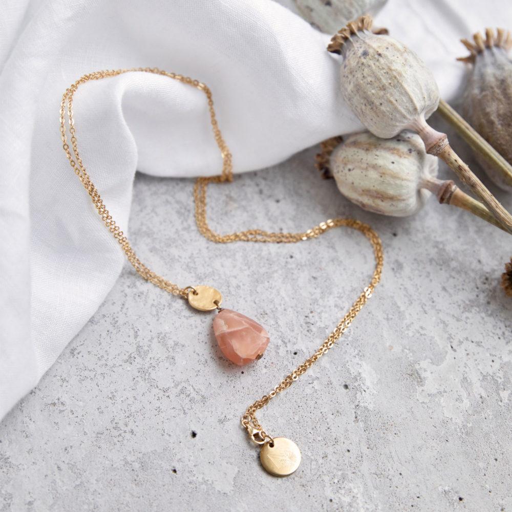 AWALUA Kette gold mit Mondstein rosé und goldenem gehämmerten Plättchen und NAIONA Plättchen. Tuch, Mohnblumen, Trockenblumen.