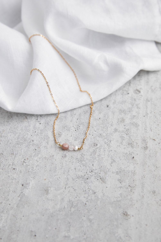 BEAUTIFUL YOU Kette gold mit Mondstein rosé, Süßwasserperle und Rosenquarz Stein und goldenem NAIONA Plättchen. Tuch.