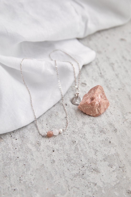 BEAUTIFUL YOU Kette silber mit Mondstein rosé, Süßwasserperle und Rosenquarz Stein und silbernem NAIONA Plättchen. Tuch, Mondstein rosé.
