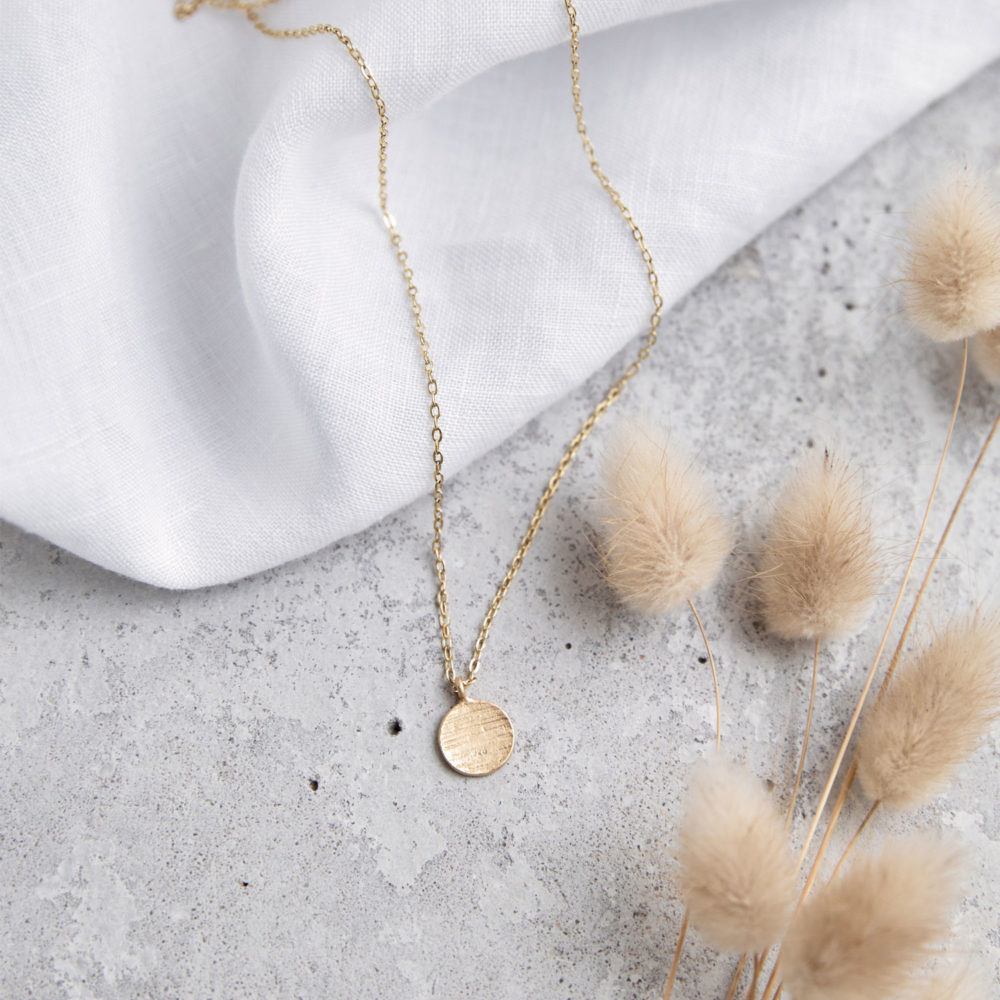 KAIPO Kette gold mit goldenem gehämmerten Plättchen und NAIONA Plättchen. Tuch, Trockenblumen.