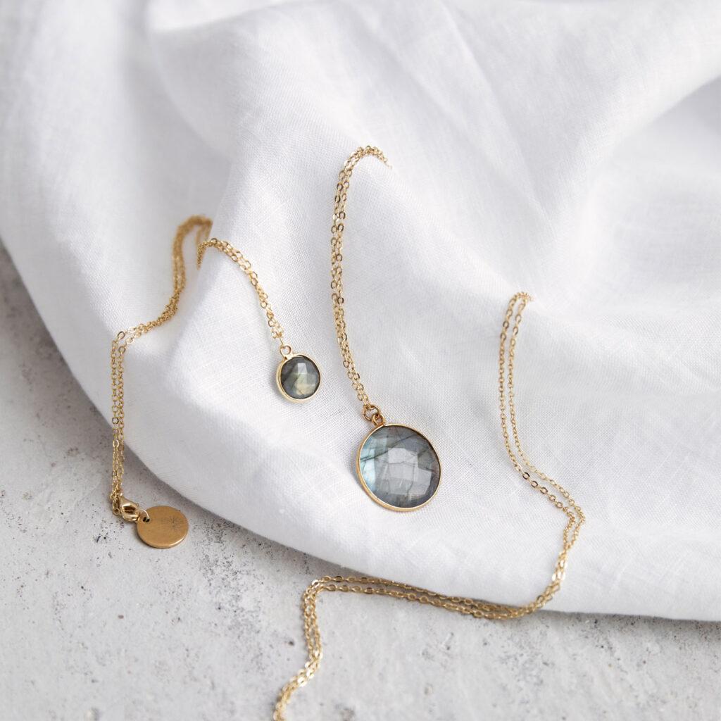 KAUPO Kette groß klein gold mit Labradorit grau und goldenem NAIONA Plättchen. Tuch.
