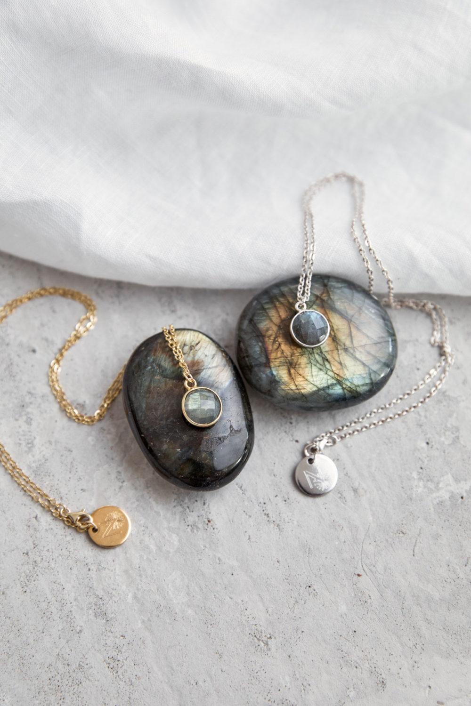KAUPO Kette groß gold silber mit Labradorit und goldenem oder silbernem NAIONA Plättchen. Tuch, Labradorit Steine.