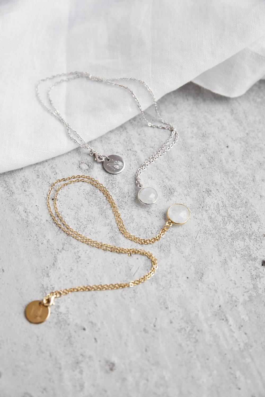 KAUPO Kette groß gold silber mit Mondstein weiß und goldenem NAIONA Plättchen. Tuch.