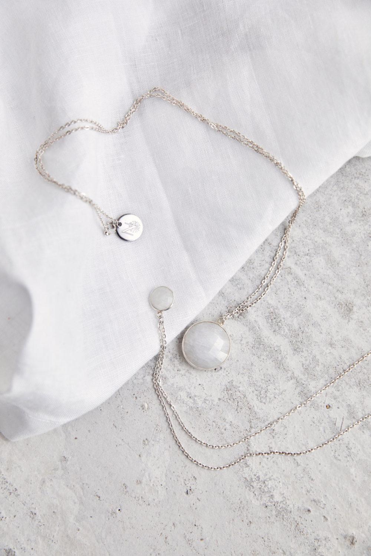 KAUPO Kette groß klein silber mit Mondstein weiß und silbernem NAIONA Plättchen. Tuch.