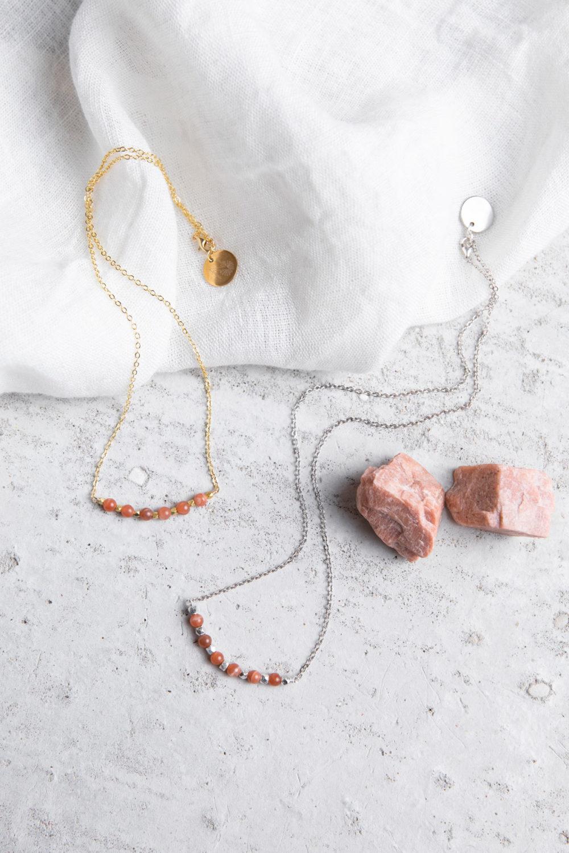 KUALA Kette gold silber mit Mondstein rosé und silbernen oder goldenen Perlen und NAIONA Plättchen. Tuch, Mondstein Steine.