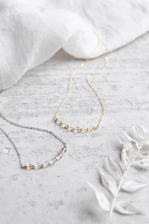 KUALA Kette gold silber mit Citrin Steinen und silbernen oder goldenen Perlen und NAIONA Plättchen. Tuch, Trockenblumen.