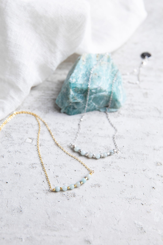 KUALA Kette gold silber mit Amazonit Steinen und silbernen oder goldenen Perlen und NAIONA Plättchen. Tuch, Amazonit Stein.