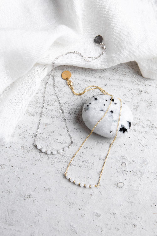 KUALA Kette gold silber mit Mondstein weiß Steinen und silbernen oder goldenen Perlen und NAIONA Plättchen. Tuch, Mondstein weiß Stein.