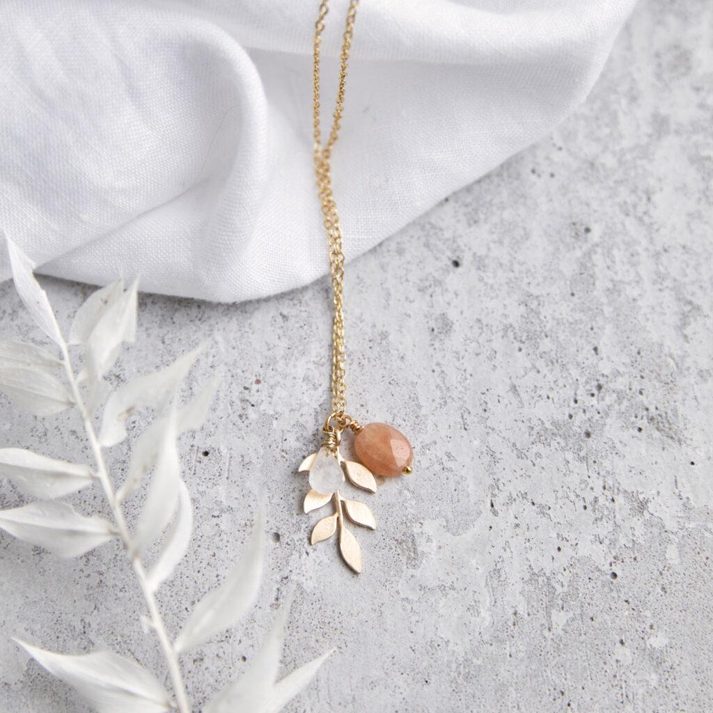 LANAI Kette gold mit goldenem Blatt und NAIONA Plättchen und Aventurin und Mondstein weiß Stein. Tuch.